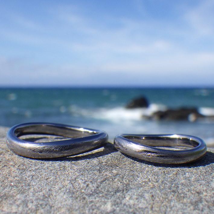 ゆるやかなウェーブが美しいタンタルの結婚指輪 Tantalum Rings