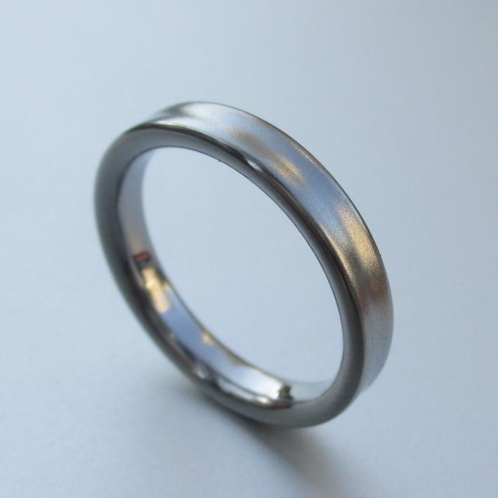 メンテナンスフリーで飽きのこないハフニウムの結婚指輪 Hafnium Ring