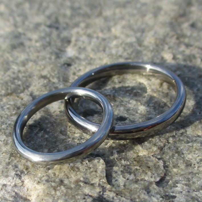 白い指輪ハフニウムと黒い指輪タンタルのペアリング Hafnium & Tantalum Rings