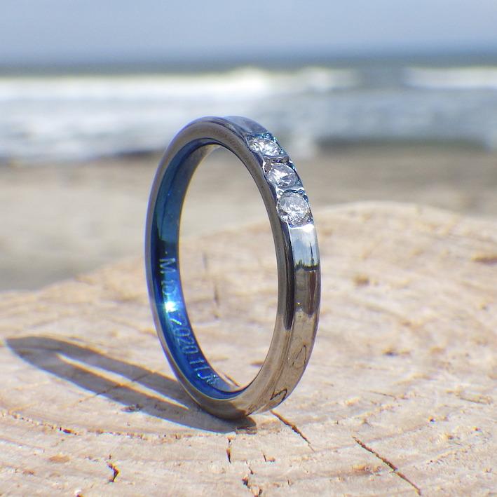結婚指輪と婚約指輪の重ね付けを考慮したシンプルなデザイン