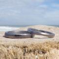金属アレルギーでも、ふたりでずっと着け続けたいという想いを形に・タンタルの結婚指輪