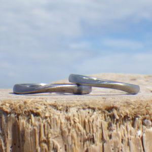 優美なねじりの曲線を削り出し・タンタルとハフニウムの結婚指輪