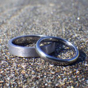 変わったものが好きな方へ、特徴的なタンタル素材の結婚指輪