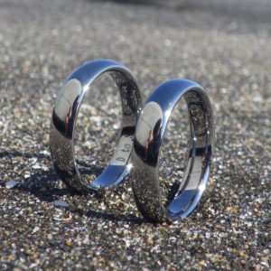 世界を写し込む鏡面の美しさ!タンタルの結婚指輪