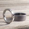 タンタルの黒い指輪とプラチナの白い指輪のペアリング