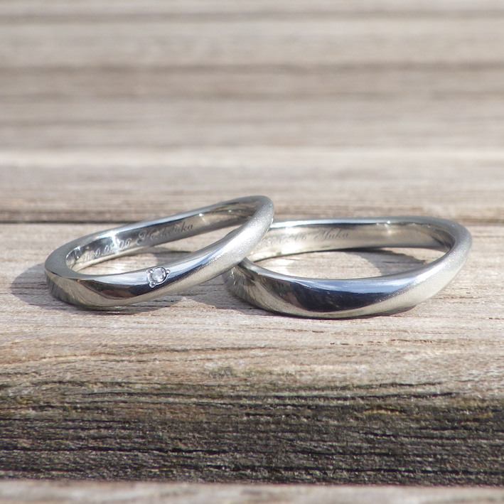 温泉を抽象化した彫刻・S字のラインが美しいハフニウムの結婚指輪