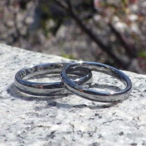 リング2つを並べるとメッセージが浮かび上がる「合わせ絵」のデザインの結婚指輪