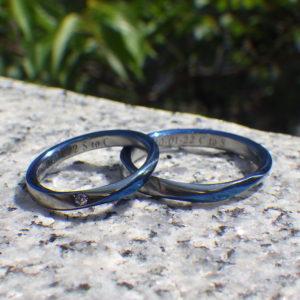 メビウスの輪にロイヤルブルーの発色のデザイン・ハフニウムの結婚指輪