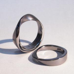 タンタルをまるごと削り出しで作ったメビウスリング Tantalum rings
