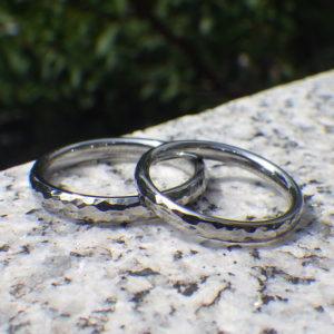 美しさと強靭さ!ハフニウムの鎚目仕上げの結婚指輪 Hafnium Rings