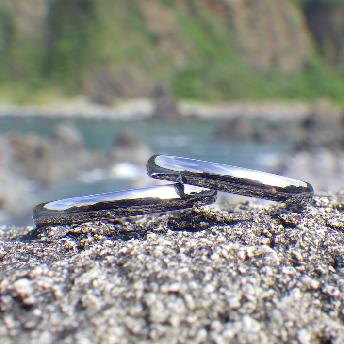 世界を写し込むタンタルの透明感・タンタルの結婚指輪 Tantalum Rings