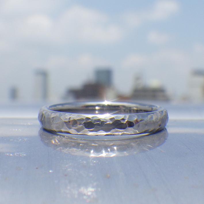 タンタルの独特の素材感に似合う鎚目仕上げ・タンタルの結婚指輪 Tantalum Ring