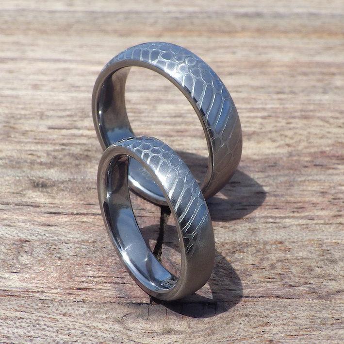 クロコダイルの彫刻・タンタルの結婚指輪 Tantalum Rings