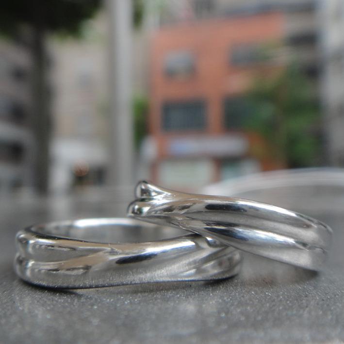 二重らせんのデザインのイリジウムの指輪