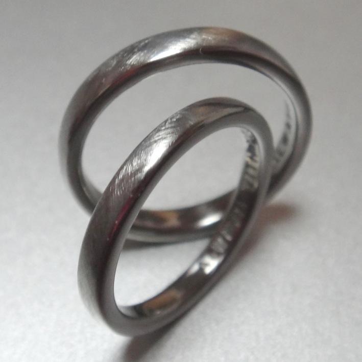 シンプルだけど、こだわりのハフニウム素材の結婚指輪 Hafnium Rings