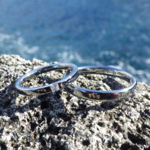シンプルで機能的、それこそが美しい!プリンセスハグセッティングのハフニウムの結婚指輪
