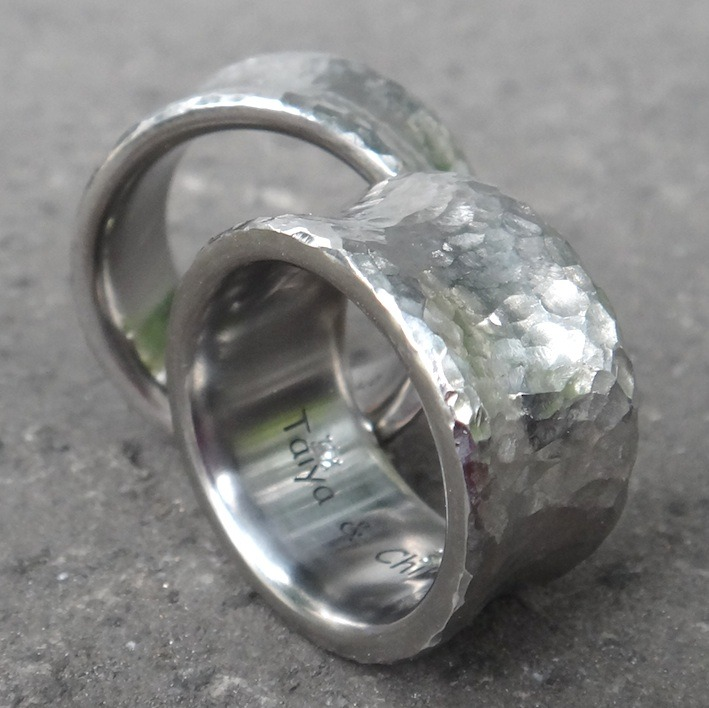 ホワイトサファイアとペリドットを内側に留めたチタンの指輪 Titanium Rings