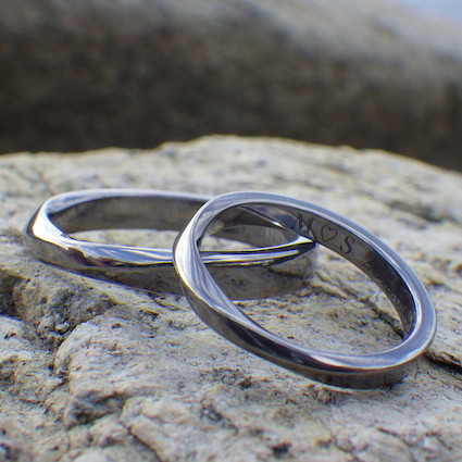 深く澄んだ黒色・タンタルのメビウスの輪の結婚指輪