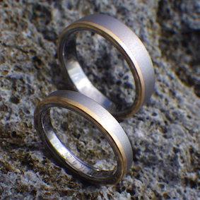 ゴールドラインを効かせたタンタルの指輪
