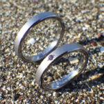 シャープな面取りにアメジストを彫り留め・タンタルの結婚指輪 Tantalum Rings