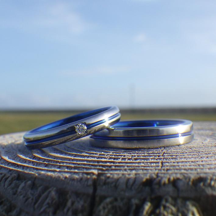 センターラインにロイヤルブルーの発色・ハフニウムの結婚指輪 Hafnium Rings