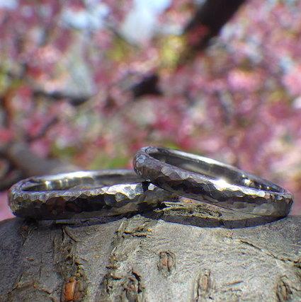 ゆるやかウェーブに鎚目仕上げ・タンタルの結婚指輪