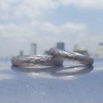 タンタルの黒さを鎚目とサンドブラストで強調した結婚指輪 Tantalum Rings