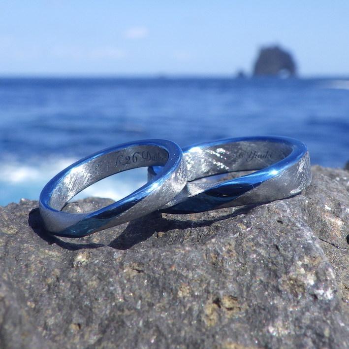 綺麗なロイヤルブルーのメビウスの輪・ハフニウムの結婚指輪 Hafnium Rings