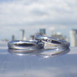 着け心地の良いシンプルなリングに端正な石留め・タンタルの結婚指輪