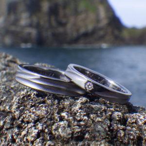 波の彫刻にダイヤモンドの輝き!タンタルの結婚指輪 Tantalum Rings