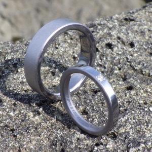 シンプルなリングに加えた遊び心・タンタルの結婚指輪 Tantalum Rings