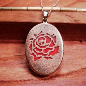 形見の珊瑚を、お気に入りの薔薇ペンダントに