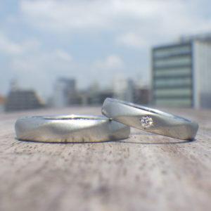 丁寧に一点ずつ削り出すオーダーメイドスタイル・ハフニウムの結婚指輪 Hafnium Rings