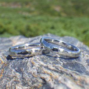 チタンとハフニウムの鎚目仕上げのペアリング Titanum & Hafnium Rings