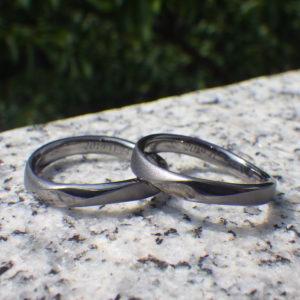 柔らかく流れるような曲線のデザイン・タンタルの結婚指輪 Tantalum Rings