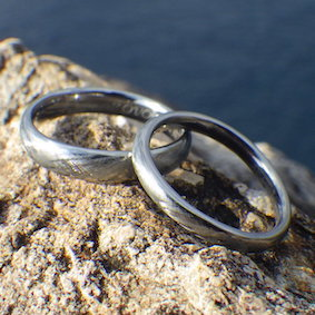 【金属アレルギー対応】綾目ヘアライン仕上げのハフニウムの指輪