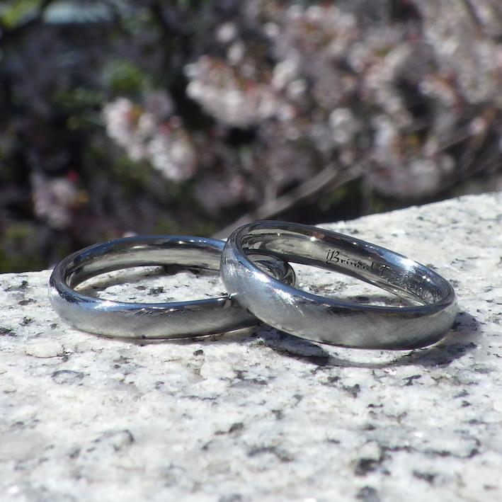 こだわりの綾目ヘアライン仕上げ・ハフニウムの結婚指輪 Hafnium Rings