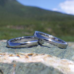 人気のメビウスの輪のデザイン!ハフニウムの結婚指輪 Hafnium Rings