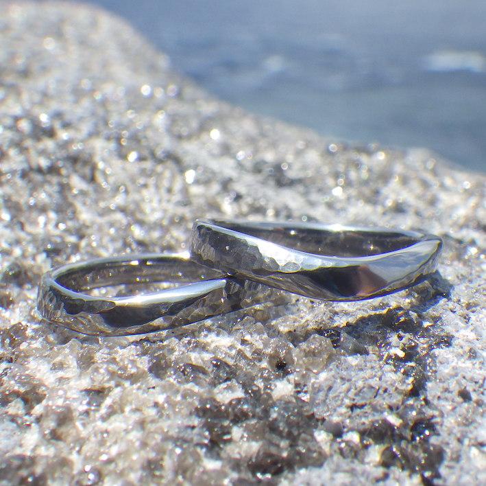たゆたう水面のような鎚目のデザイン・タンタルの結婚指輪 Tantalum Rings