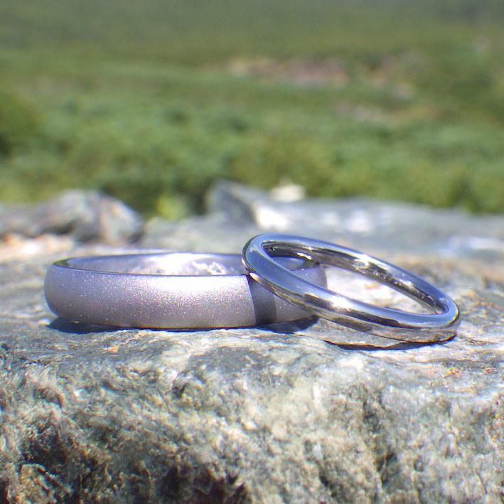 見た目の存在感と、着けたときの快適さ・タンタルの結婚指輪 Tantalum Rings
