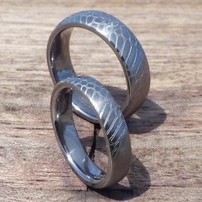 クロコダイルの彫刻・タンタルの結婚指輪